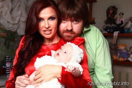 Эвелина Бледанс с мужем и ребенком