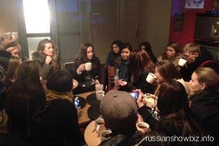 Виктория Дайнеко со своими поклонниками в лондонском музее