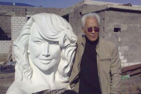 Гамал Сегиденов со своим творением - памятником Жанне Фриске