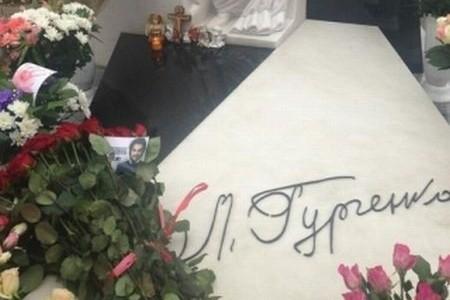 Букет Филиппа Киркорова на могиле Людмилы Гурченко