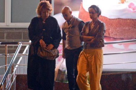 Дмитрий Хрусталев и Екатерина Варнава при выходе из магазина