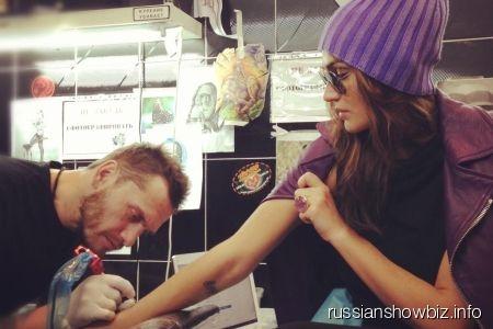 Алена Водонаева делает себе татуировку
