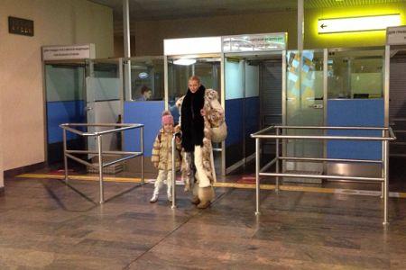 Анастасия Волочкова с дочкой Аришей в аэропорту