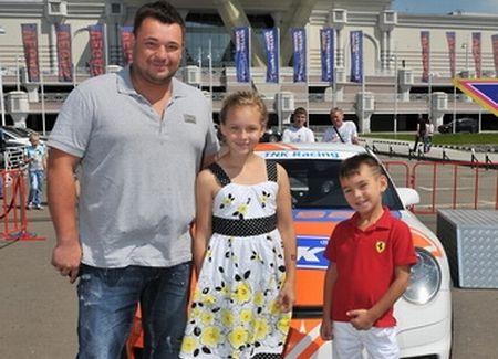 Сергей Жуков с детьми