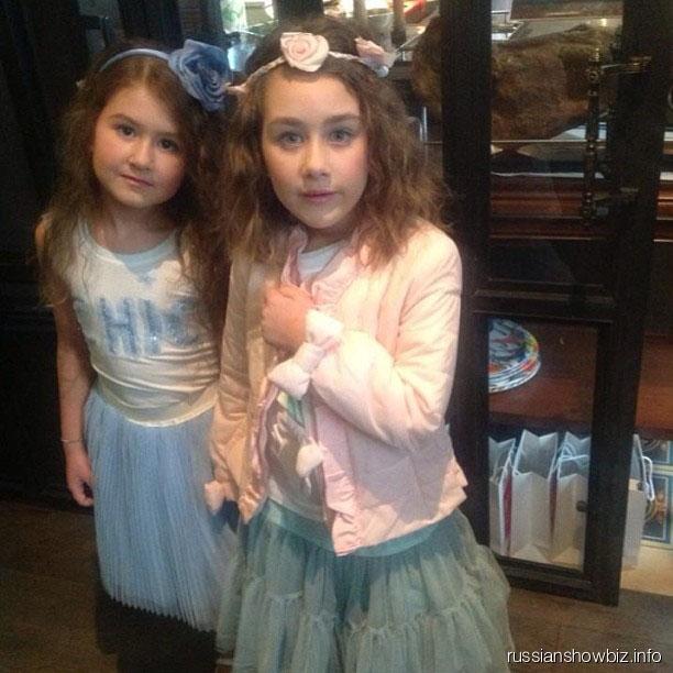 Дочь Дениса Клявера Эвелин с сестрой Амалией