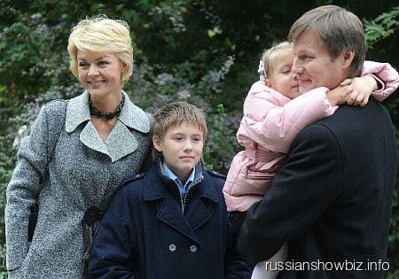 Юлия Меньшова и Игорь Гордин с детьми