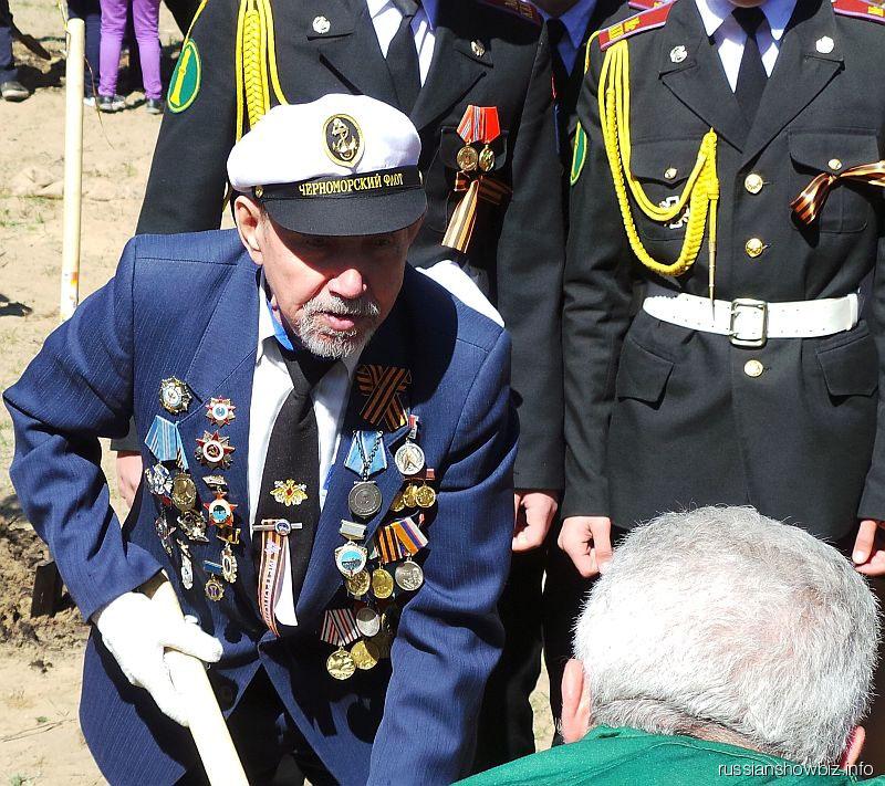 Олег Газманов помогает ветерану флота посадить дерево