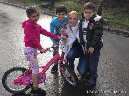 Анастасия Волочкова и цыганские дети