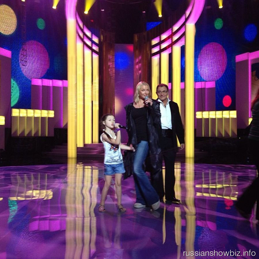Анастасия Волочкова с дочерью на сцене
