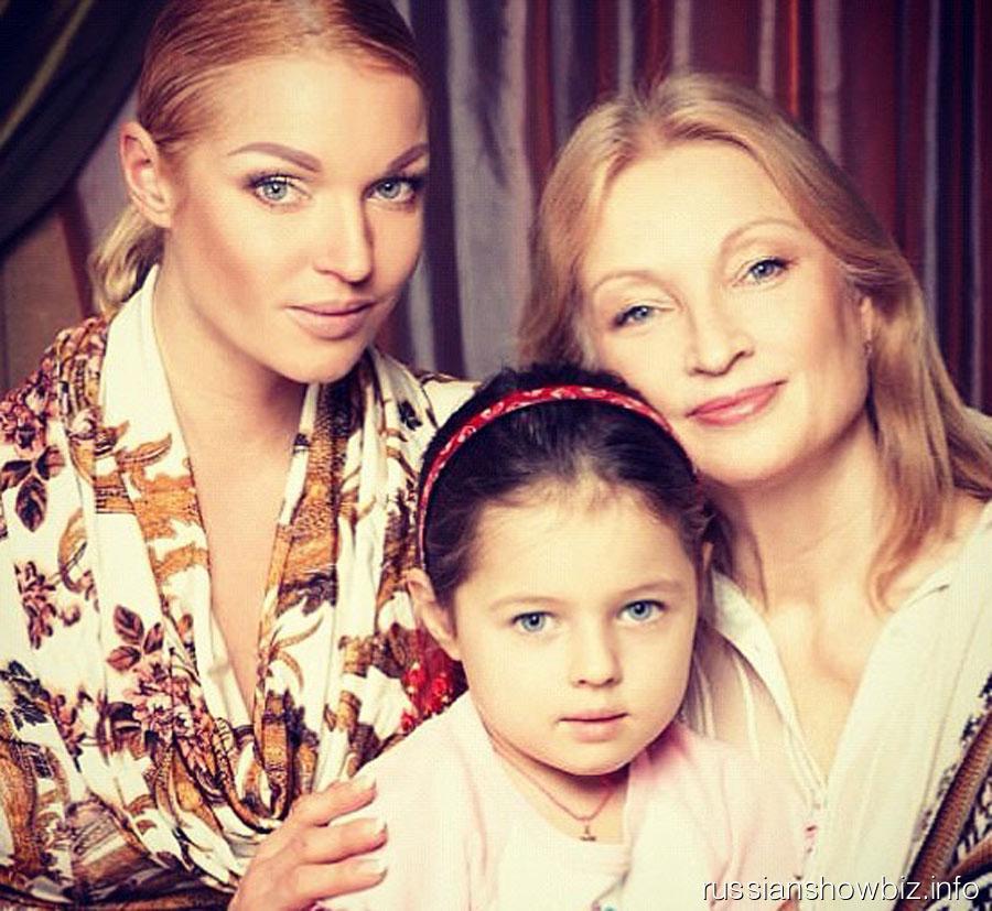 Анастасия Волочкова с мамой и дочкой