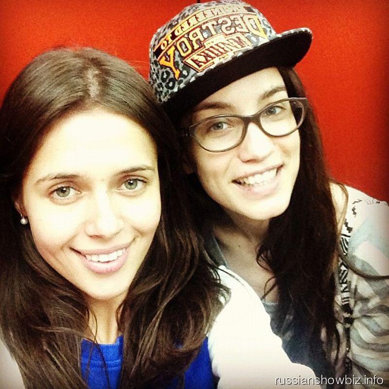 Виктория Дайнеко с подругой