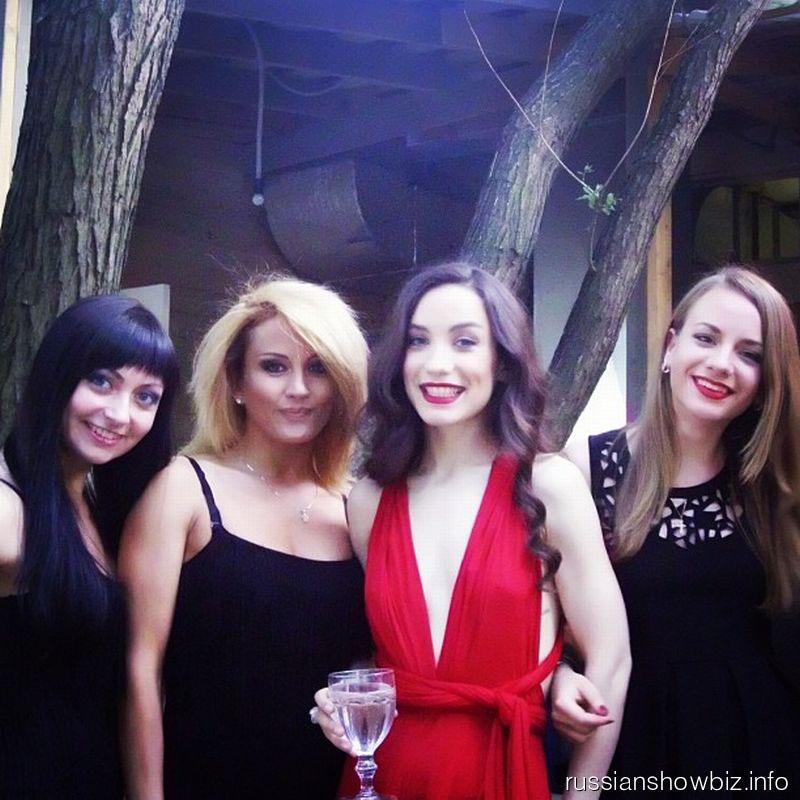 Виктория Дайнеко с подругами