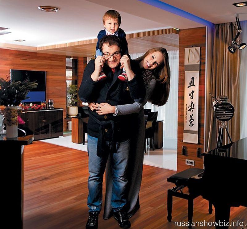 Дмитрий Дибров с женой Полиной и сыном