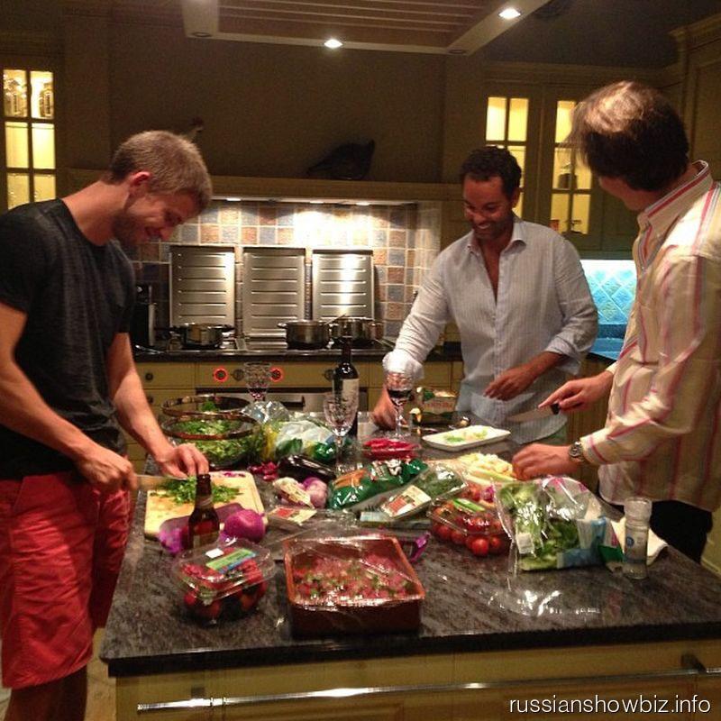 Муж Виктории Бони готовит ужин с друзьями