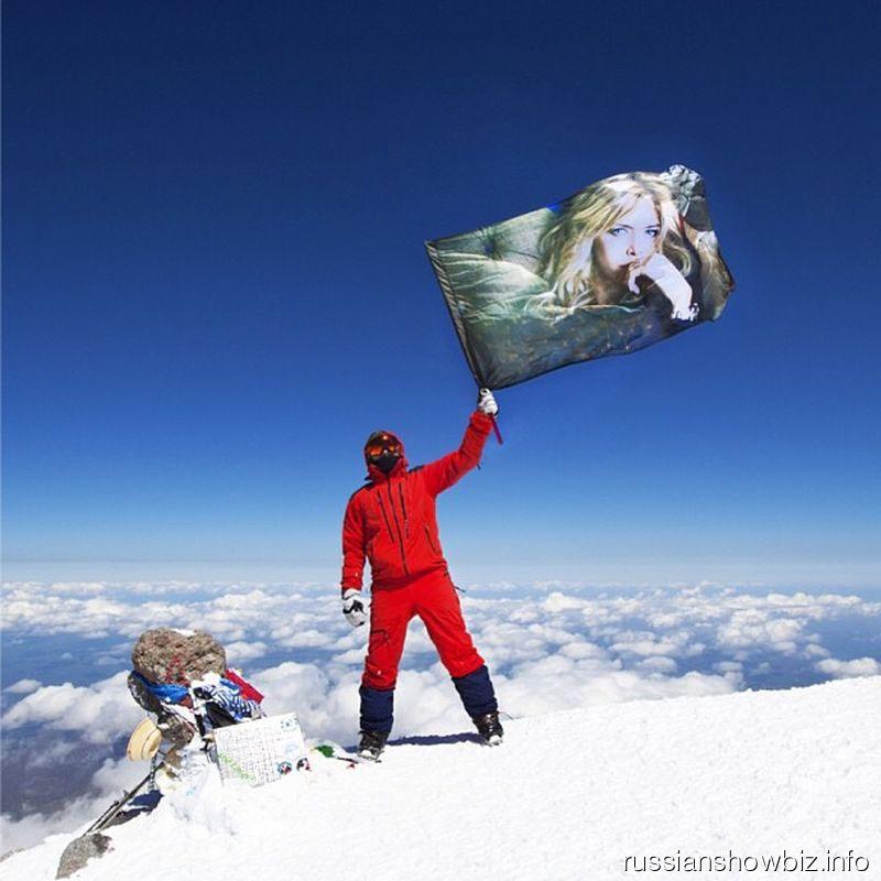 Альпинист с флагом Брежневой