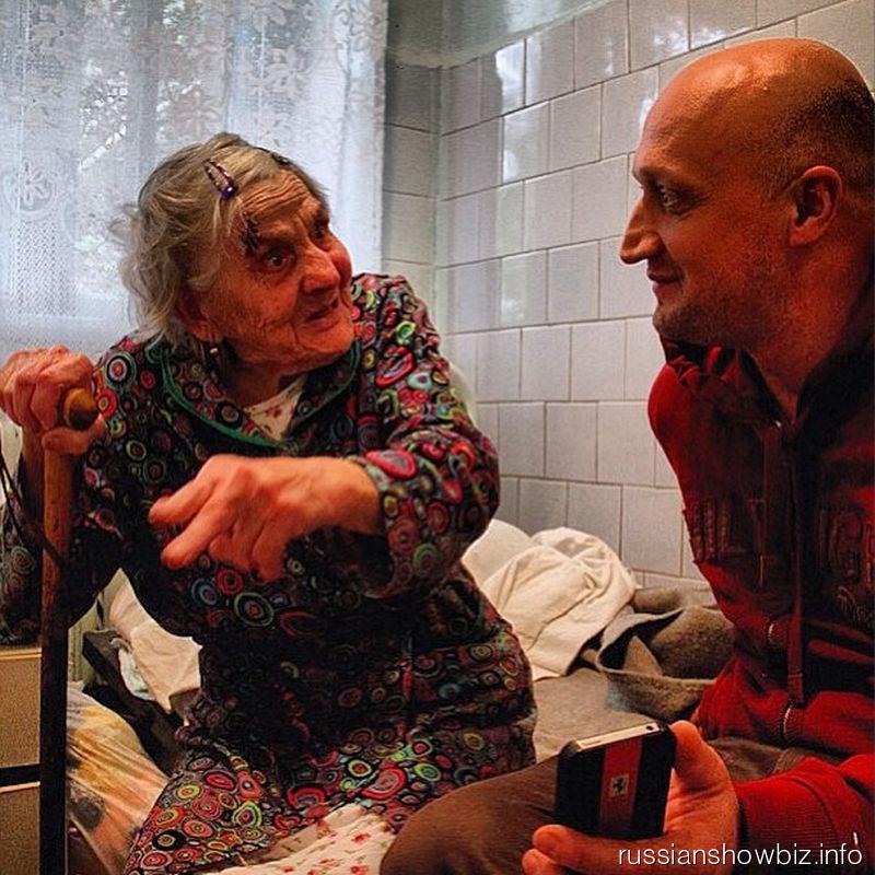 Гоша Куценко беседует с женщиной, пострадавшей от наводнения