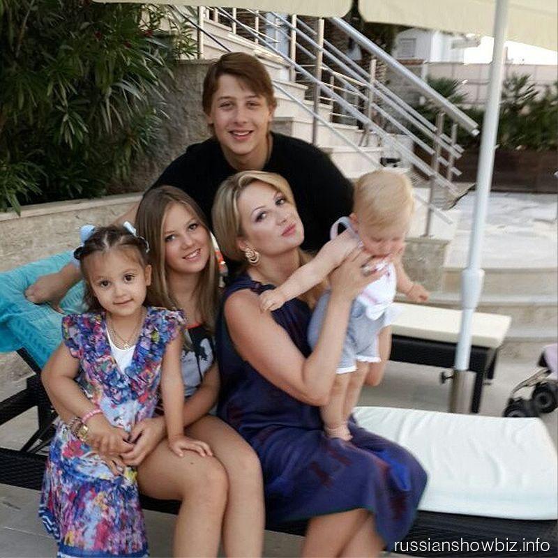 Инна Канчельски с детьми