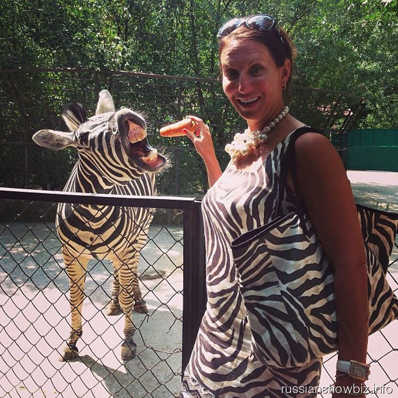 Алика Смехова с зеброй