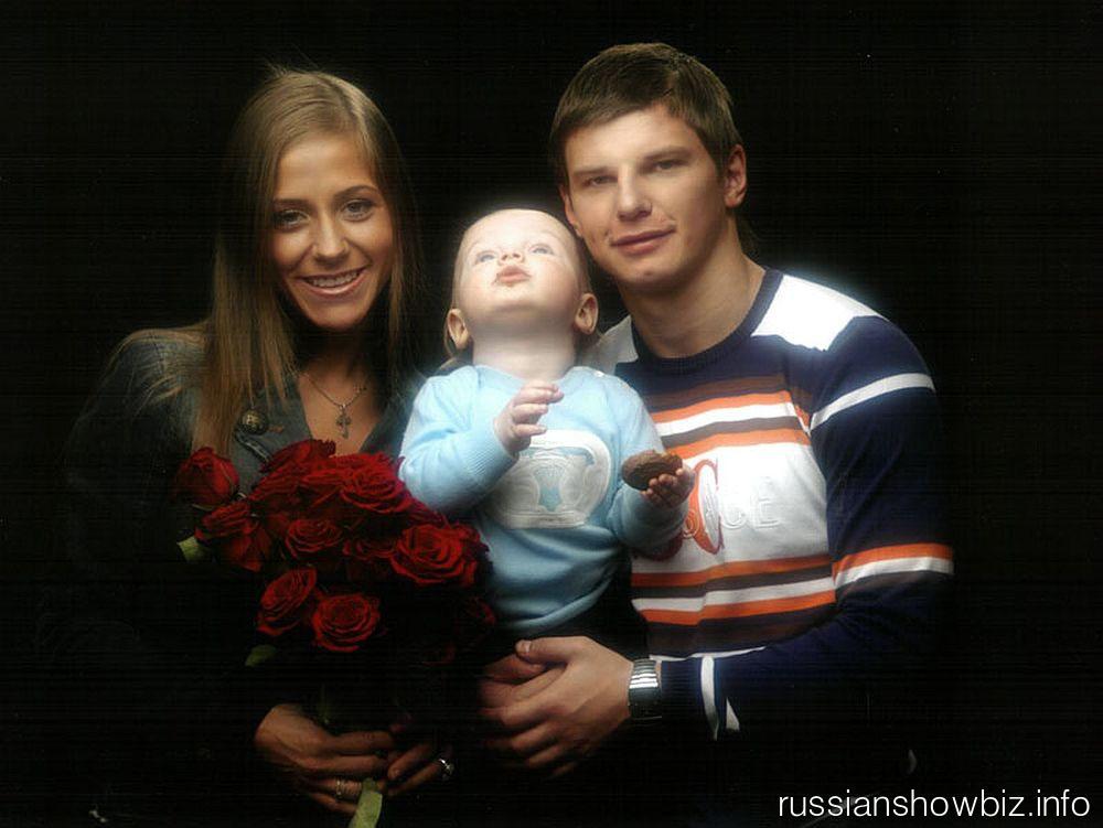 Андрей Аршавин с женой Юлией и ребенком