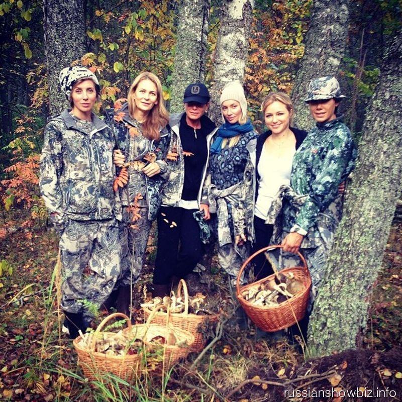 Светлана Бондарчук с друзьями в лесу