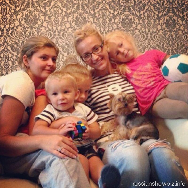 Ольга Бузова с сестрой и племянниками мужа