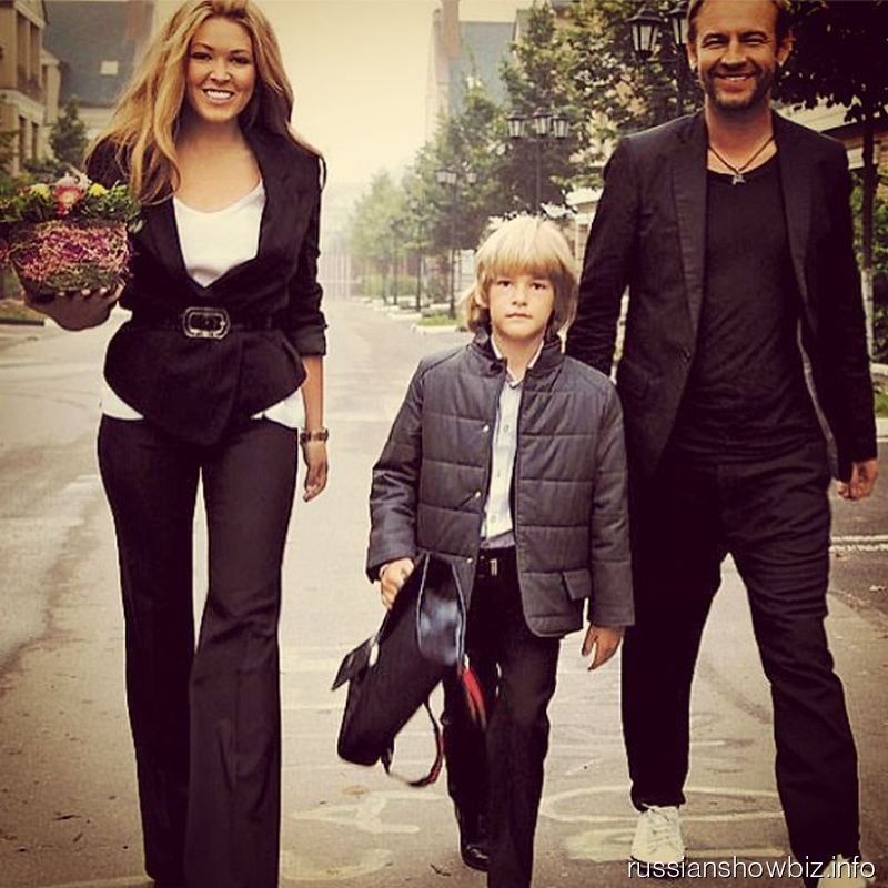 Ирина Дубцова ведет сына в школу