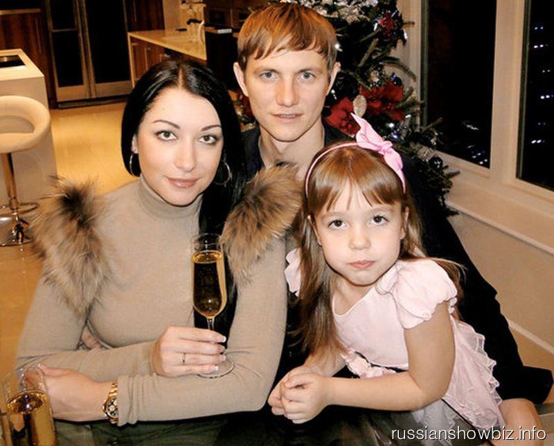 Роман Павлюченко с женой и дочкой