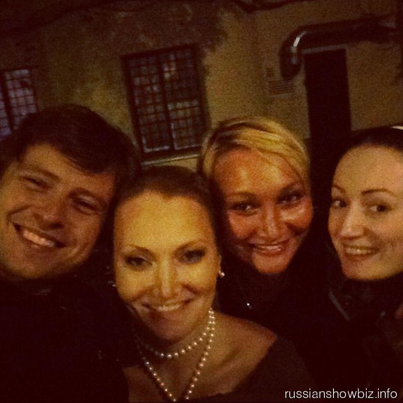 Прохор Шаляпин с подругами возле тюрьмы