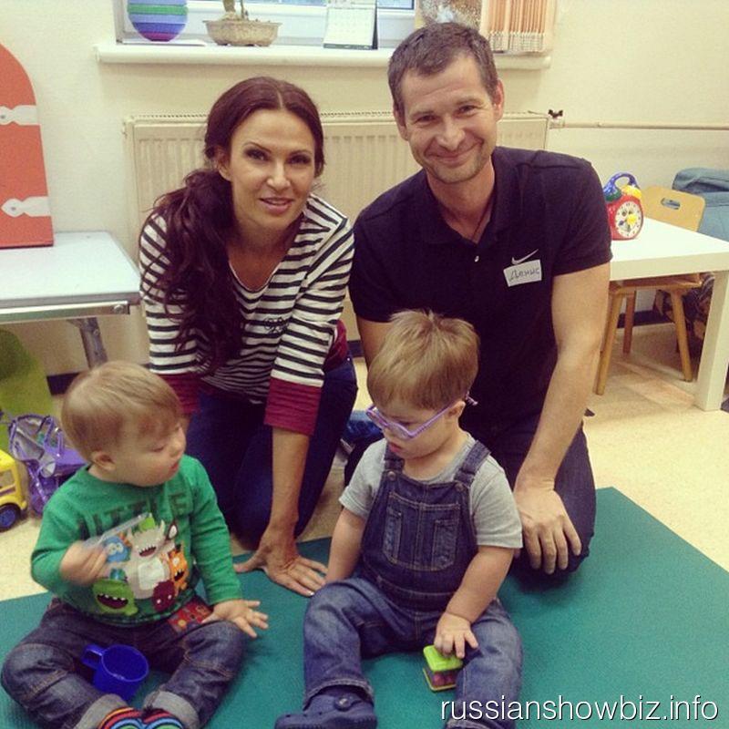 Эвелина Бледанс с сыном в центре для детей с синдромом Дауна