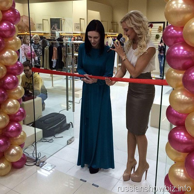 Ольга Бузова на открытии нового магазина