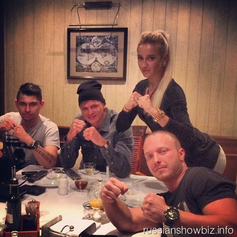 Ольга Бузова с мужем и друзьямиза просмотром бокса