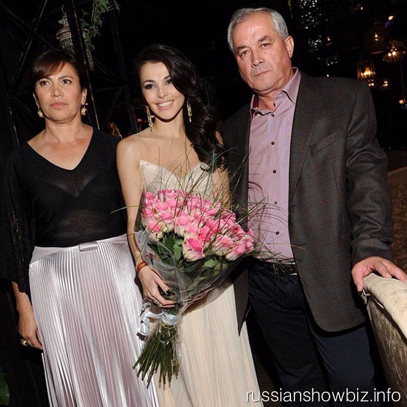 Сати Казанова с родителями