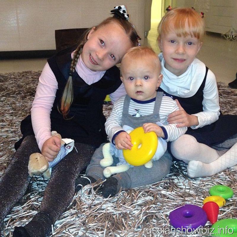 Сын Яны Рудковской с сестрами