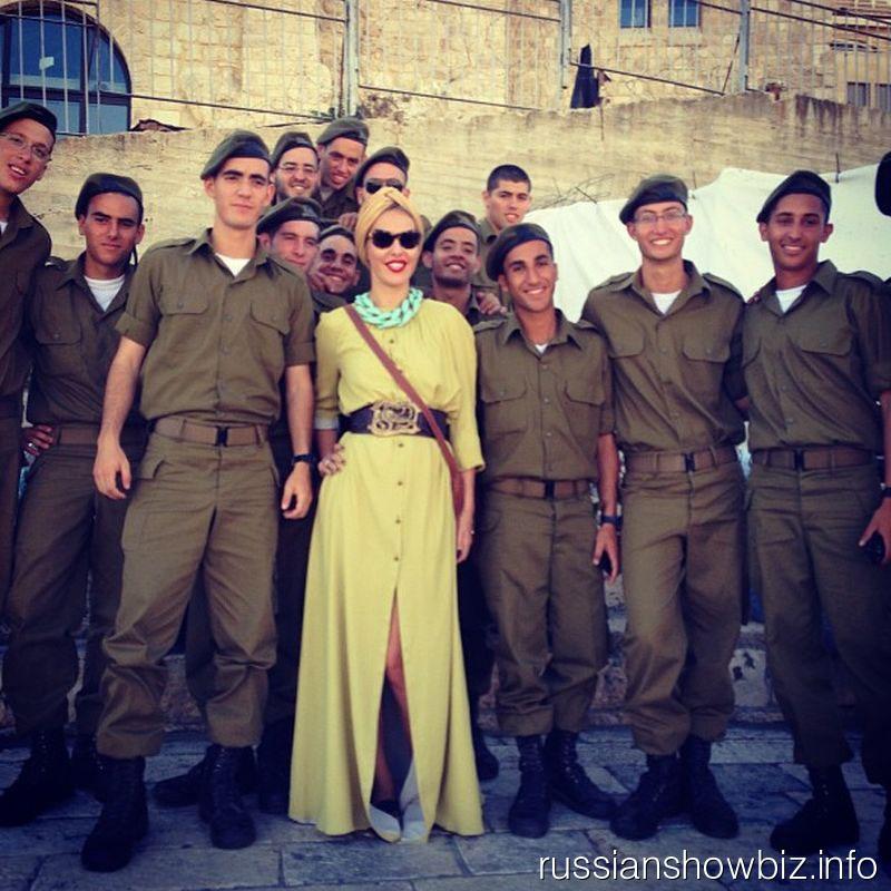 Ксения Собчак с солдатами