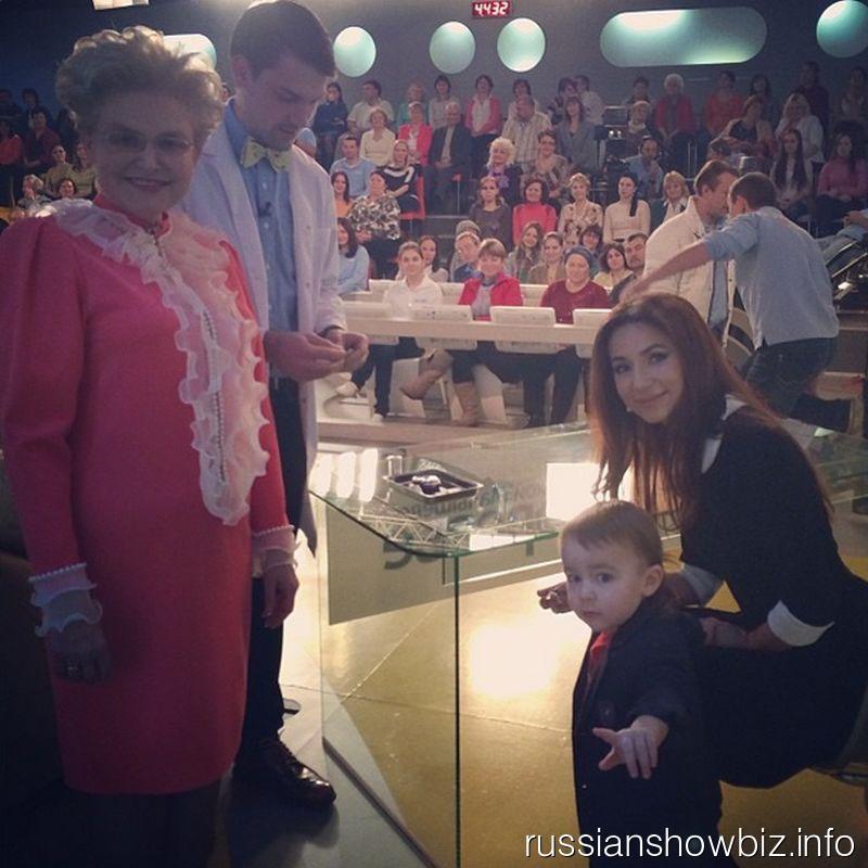 Зара с сыном в гостях у Елены Малышевой