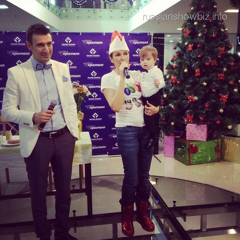Эвелина Бледанс с сыном на благотворительном аукционе
