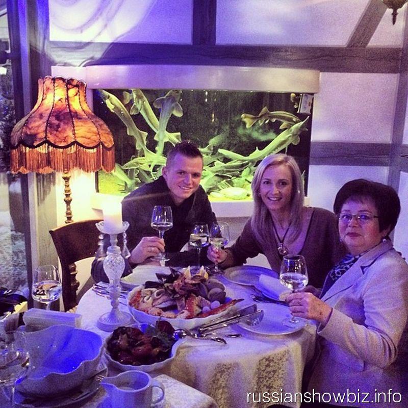 Дмитрий Тарасов и Ольга Бузова с бабушкой
