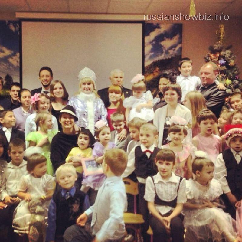 Мария Кожевникова с детьми из приюта