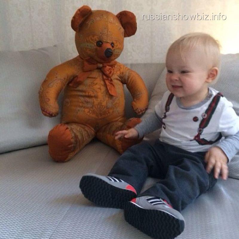 Сын Яны Рудковской с подарком от Филиппа Киркорова