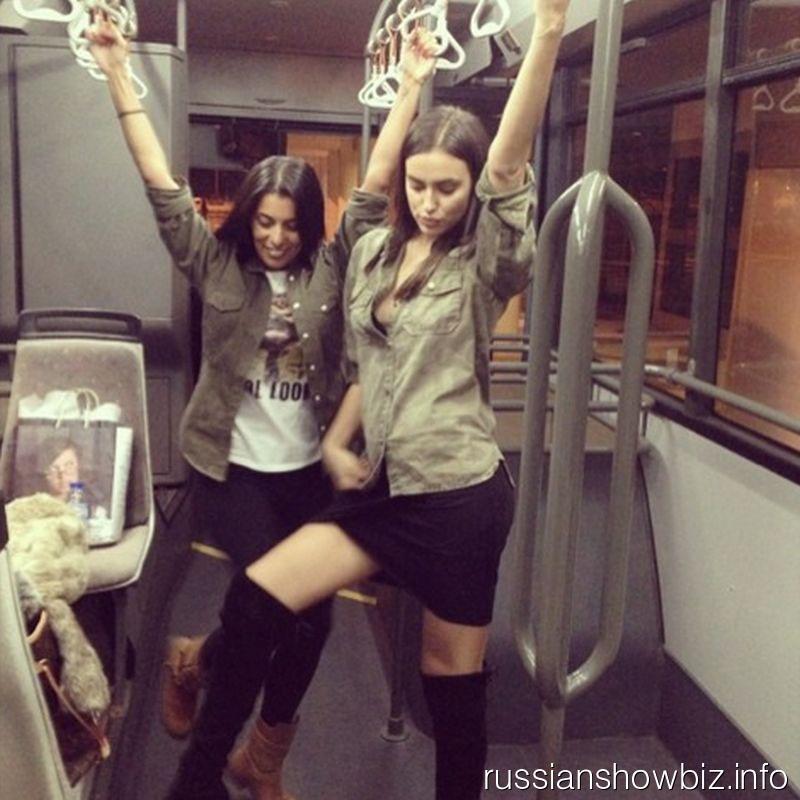 Ирина Шейк с подругой в автобусе