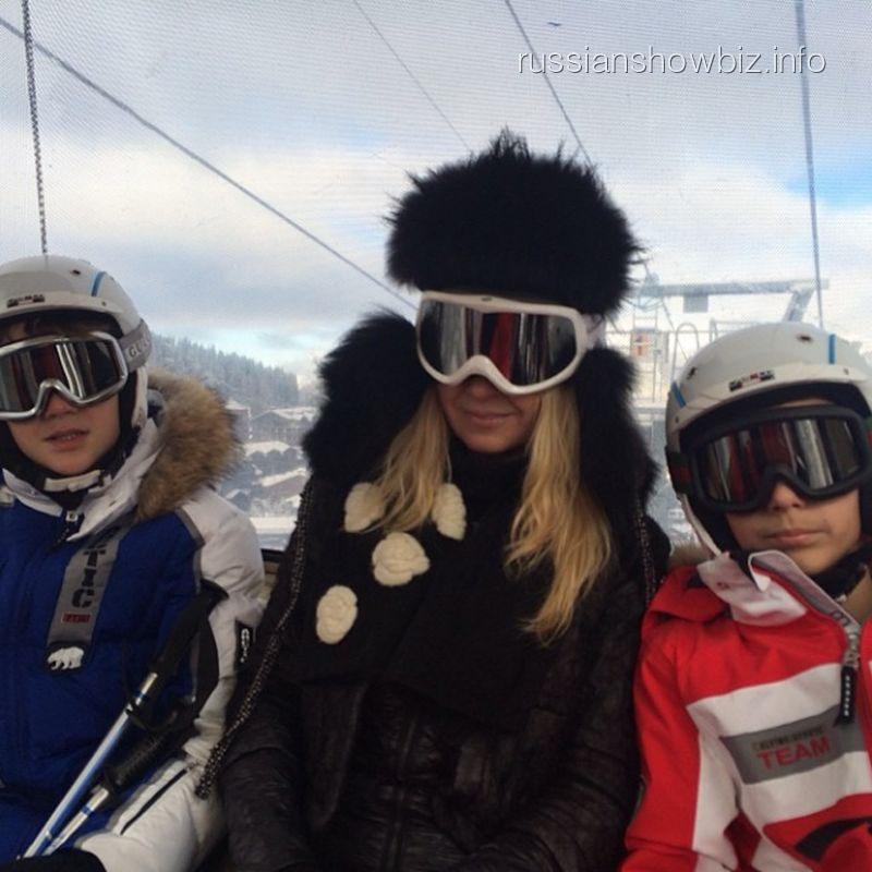 Яна Рудковская с сыновьями на горнолыжном курорте
