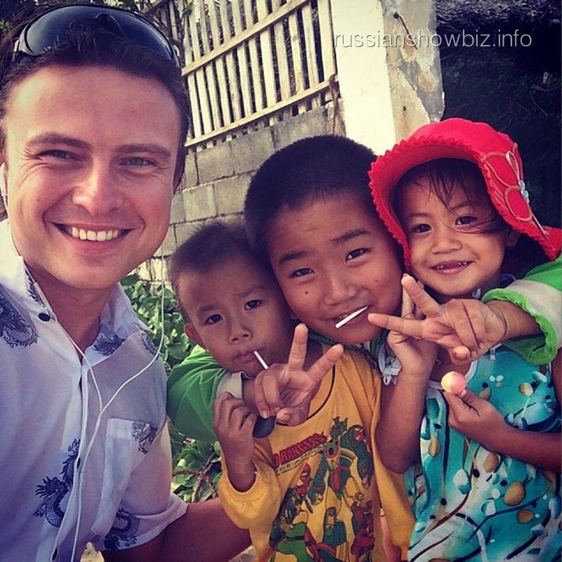 Прохор Шаляпин с вьетнамскими детьми