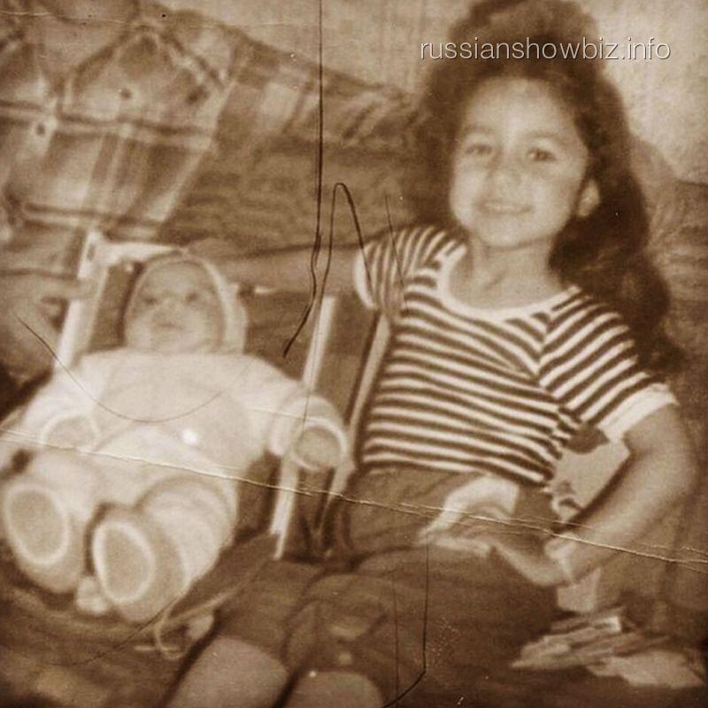 Детскоая фотография певицы Зары с братом