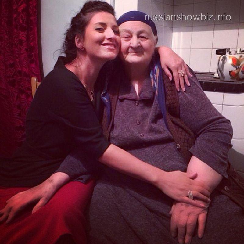 Жасмин с бабушкой