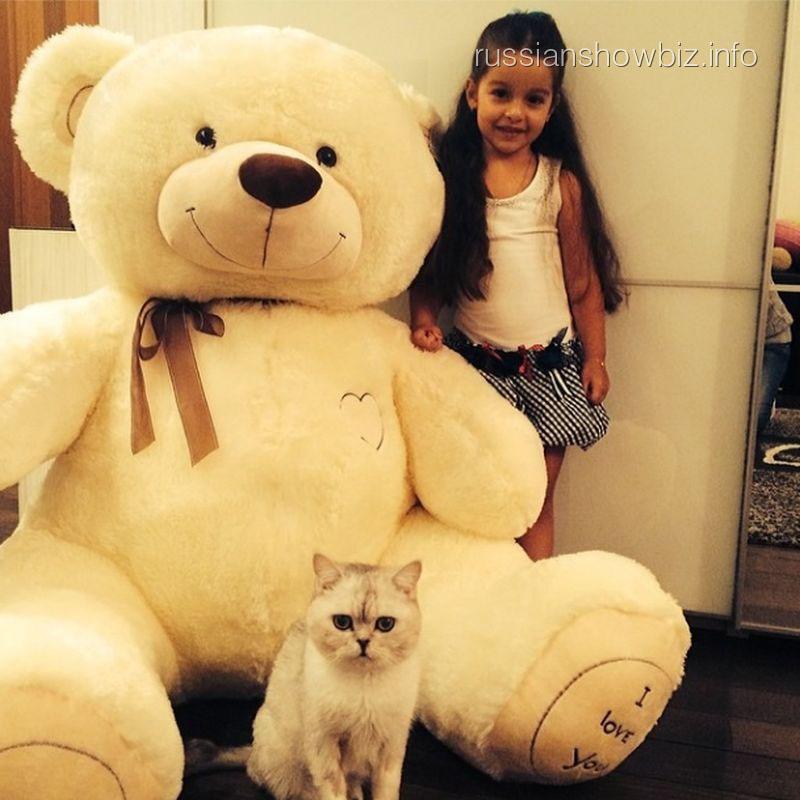 Дочка Ксении Бородиной с медведем