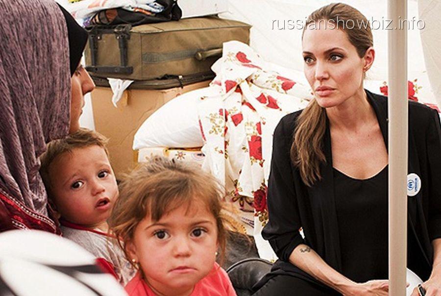 Анджелина Джоли с беженцами