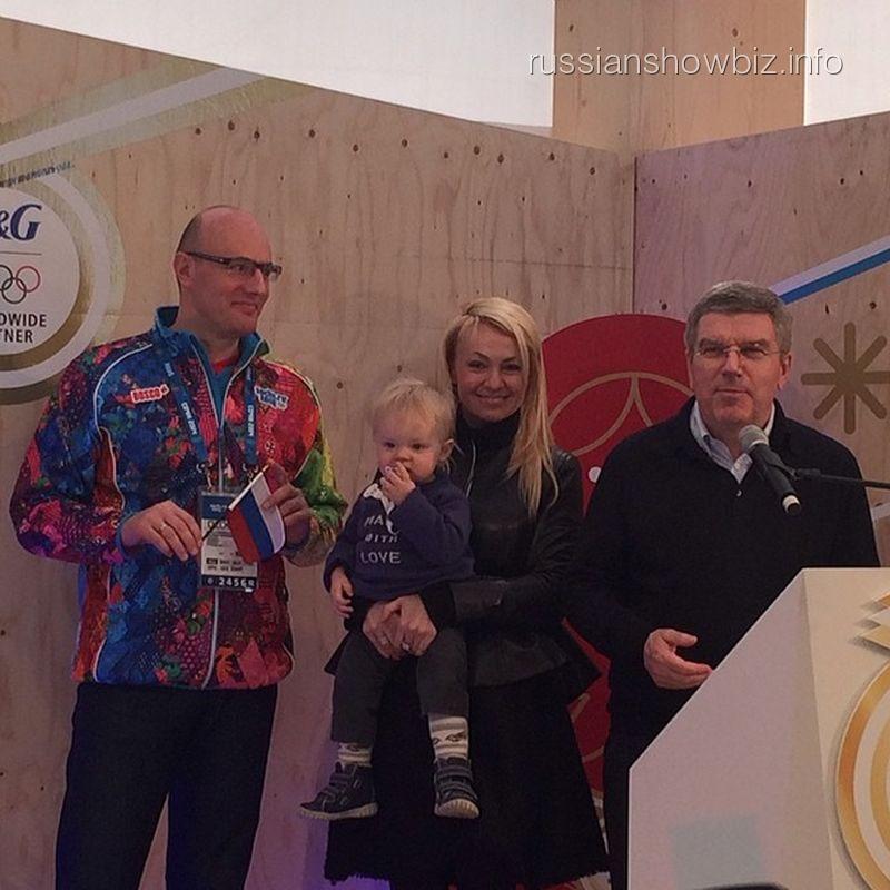 Яна Рудковская с сыном в окружении двух президентов