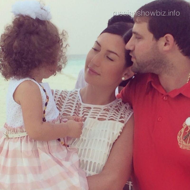 Жасмин с мужем и дочкой