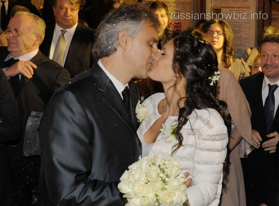 Андреа Бочелли с супругой (фото - HELLO!)