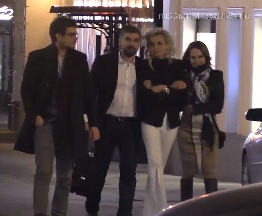 Полина Гагарина с возлюбленным (в центре) и друзьями